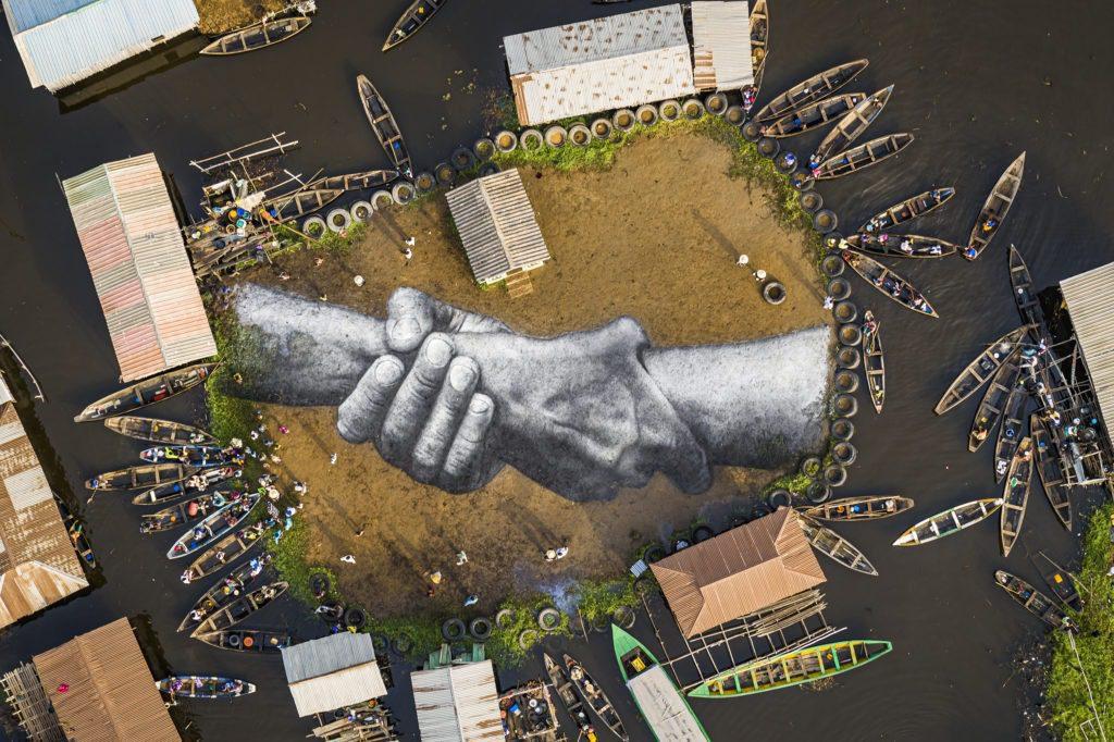 Beyond Walls à Ganvié Peinture biodégradable sur sable