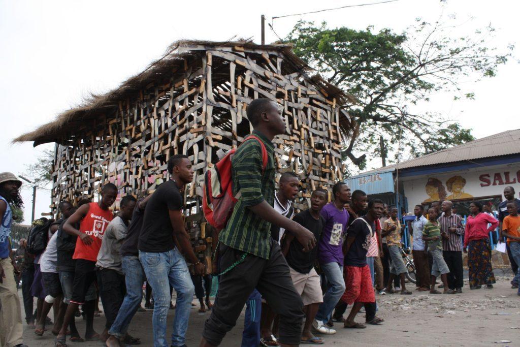 e6e7d9240a9aeb854c719e5d243e76b8-1608206277-1024x683 Life advertiser Freddy Tsimba presents « Mabele eleki lola ! La terre plus belle que le paradis » at the Africa Museum