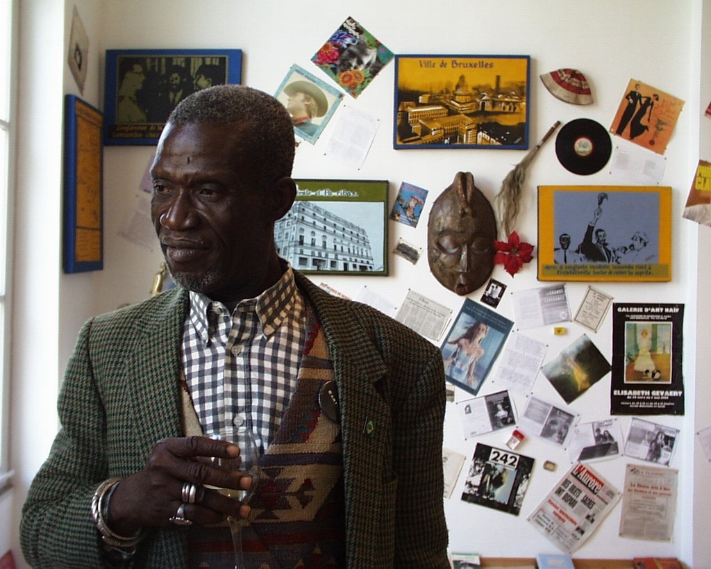 yepit2y90h2e9bwqwwgu The artist Georges Adéagbo exhibits « The light that makes happiness » on the city of Berlin.