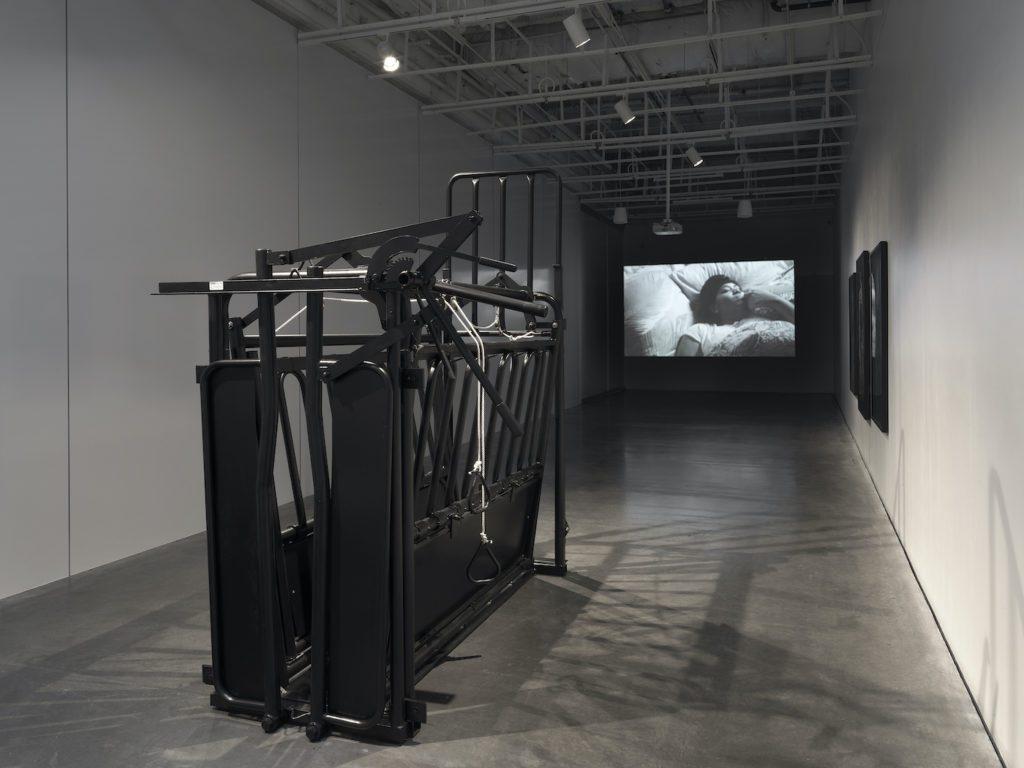 New-Museum_Grief-and-Grievance_2021_0638-1024x768 Rétrospective sur « Black Grief and White Grievance », la dernière exposition de Okwui Enwezor au New York's New Museum !